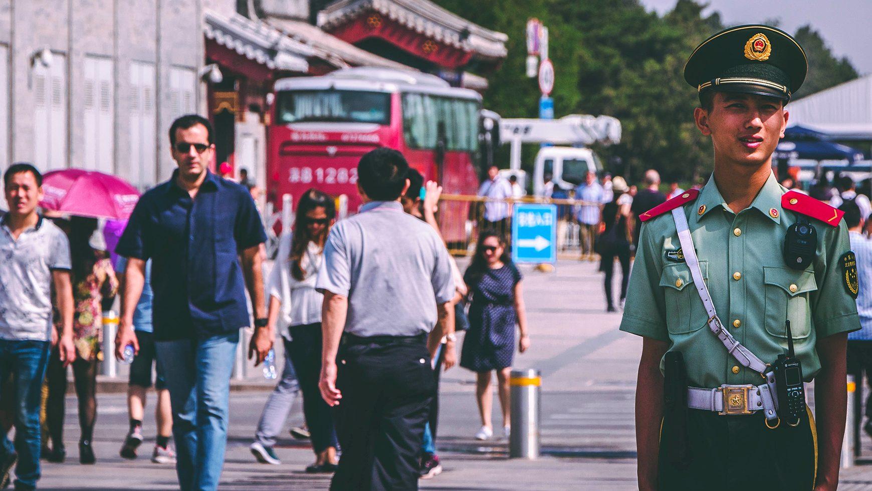 HRW: Čínske úrady používajú mobilnú aplikáciu na nelegálne hromadné sledovanie
